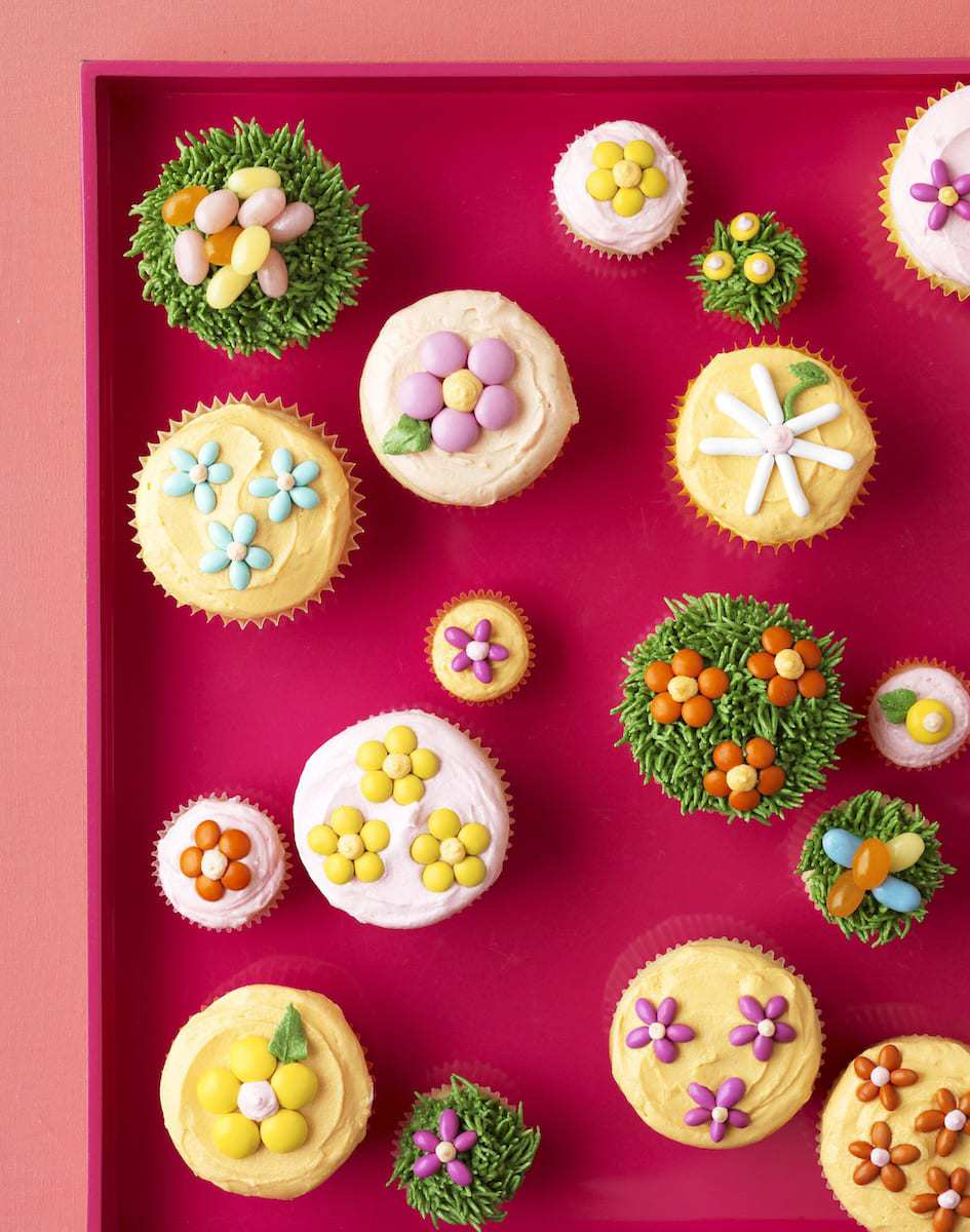 The cupcakes are decorated with little flowers and eggs made with delicious candy, on top of fluffy vanilla frosting.