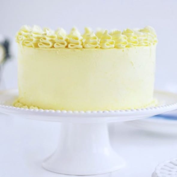 A lemon layer cake that really tastes like lemon, looks like a vision from heaven and makes everyone's taste buds very happy. Find out what the secret is!