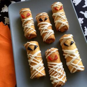 Pizza Roll Ups Mummy Snacks for the win on Halloween!