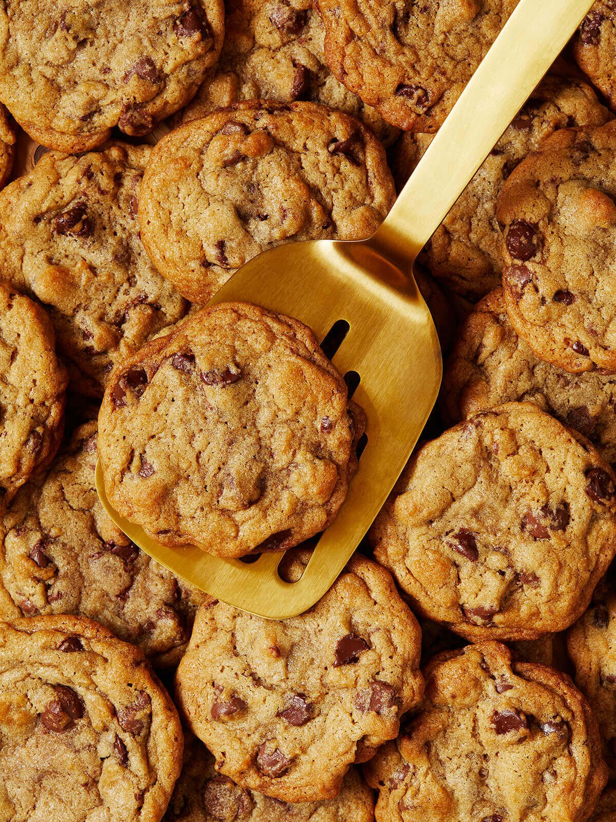 gold spatula with cookies